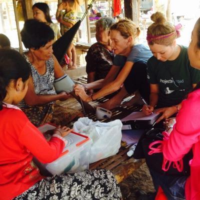 Joven voluntaria de Salud en Camboya aprendiendo a tomar la presión sanguínea.